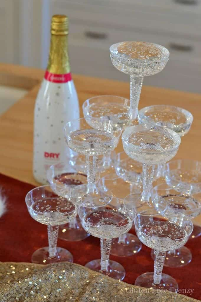 This glam New Years Eve party is sure to dazzle your guests. | new years eve party ideas | fun new years eve ideas | how to host a new years eve party | nye party ideas | hosting a nye party | nye party decor || This Vivacious Life #nyeparty #newyearseveparty #nyepartydecor