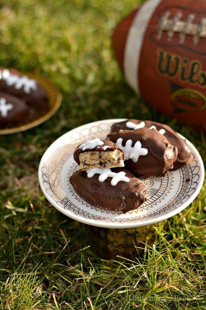 These gluten-free cookie dough footballs are perfect for your next sports night or Superbowl party. Gluten-Free Super Bowl Food | gluten-free appetizers and treats | gluten-free party food | gluten-free tailgate recipes | Super Bowl recipes | super bowl party ideas || This Vivacious Life #superbowl #partyrecipes #glutenfreepartyfood
