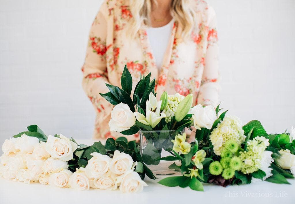 These simple white flower arrangements are easy to put together and are only around $15 each! | how to arrange flowers | flower arrangement tips and tips | how to style white flowers | white flower arrangement tips | simple flower arrangement tips || This Vivacious Life