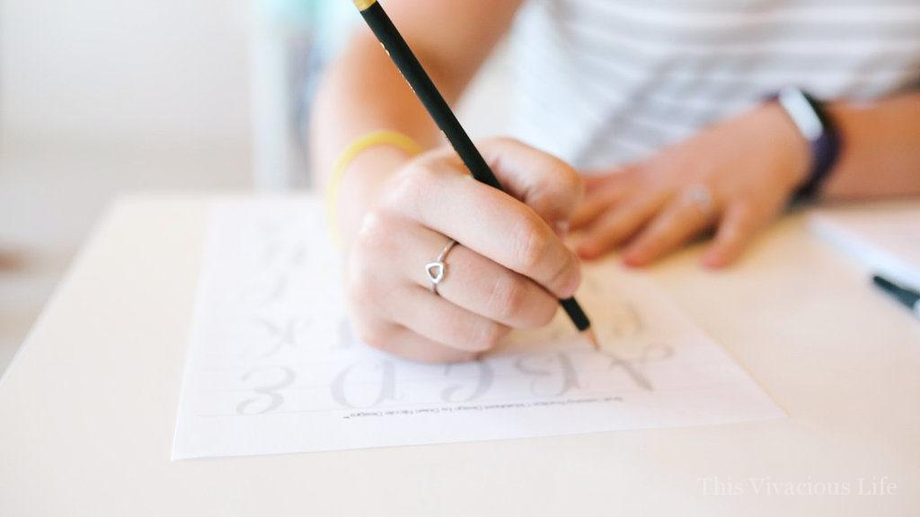 The art of hand lettering vivacious workshop to learn a new skill. Let us show you how to host one yourself... | how to host a calligraphy party | how to host a workshop | hand lettering workshop ideas || This Vivacious Life #handlettering #calligraphyworkshop