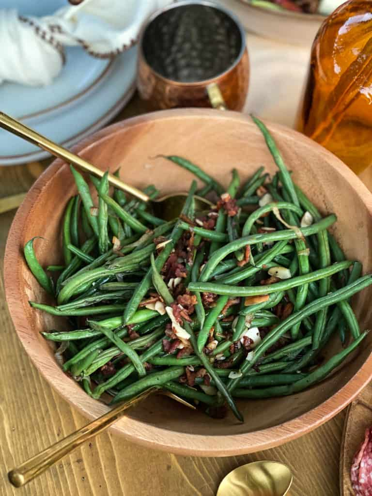Green beans with bacon in a wood bowl